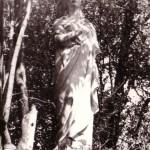 Una delle statue presenti una volta nel boschetto della Villa