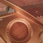 Particolare del pianoforte con la firma di Umberto Giordano