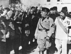 Mussolini passa in rassegna le truppe militari