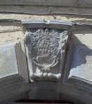 Piazza De Sanctis, 3 – Pal. Brancia-Farina Stemma in pietra della fam. Brancia abraso