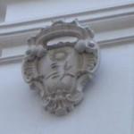 Da Via Arpi – Pal. Brancia-Ricciardi stemma in pietra abraso non identificato sulla lesena