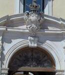 Stemma accartocciato privo di fregi sulla chiave di volta dell'ingresso principale di Palazzo Dogana