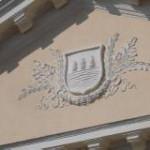 Teatro Giordano - Particolare dello stemma civico in stucco