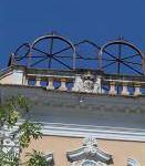 Stemma De Nisi sulla balaustra (manufatto scolpito su pietra)