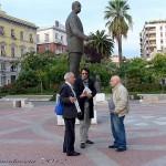 Il figlio dello scultore in piazza Giordano nel 2012 con Alberto Mangano e Raffaele De Seneen