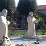 Statue nel cortile del Santuario