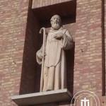 Statua in una nicchia presente su un lato del campanile