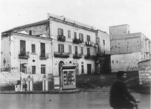 In questa foto dei primi anni '50 si vede l'ingresso al cortile del Palazzo. Sulla sinistra forno e taverna di Matteo Azzarone
