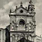 La Cattedrale di inizio secolo differisce all'esterno dall'attuale per l'ampia scalinata e il portale barocco presente nella vecchia chiesa