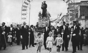 Foto inviata dal sig. Antonio De Respinis e riguardano il padre Michele (al centro delle foto) che era il Priore della Pia Unione Sant'Antonio. Le foto sono del 13 giugno 1954.