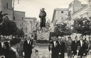 Sempre il sig. Antonio De Respinis invia questa foto scattata sempre nel 1954 dove è presente al centro il padre