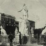 La statua di Lanza nel centro della piazza