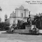 Il Monumento dei Caduti al centro della piazza