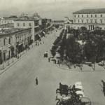 """La piazza negli anni 30 (sullo sfondo l'Orfanotrofio """"Maria Cristina"""" e la chiesa della Madonna della Croce)"""