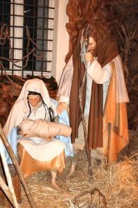 Presepe allestito dal Gruppo di Socializzazione dell'AS.SO.RI. in occasione del Natale 2006. Le due statue sono state realizzate dall'artista Alessandro Poezio, volontario dell'Associazione.