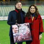 Novembre 2015 - ad un anno dalla morte del papà dei satanelli, il presidente del Foggia Fares premia la vedova di Savino Russo