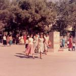 Villeggianti che attraverso la piazza del Daino, si avviano in spiaggia
