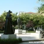 Le statue al centro della piazza