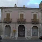 P.zza dei Martiri Triestini, 3 – Pal. De Benedictis accartocciato privo di fregi sulla chiave di volta dell'ingresso principale