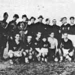 """1928/29 da sin. Rosso, Sarti II, alcuni dirigenti, Saracino, Ferri, Zini,Della Valle, De Rosa, Di Luzio, la """"mascotte"""" Tonino Fini, Sarti III, Casale"""