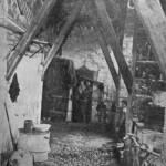 I senza tetto dopo i bombardamenti, all'interno dei ruderi della caserma