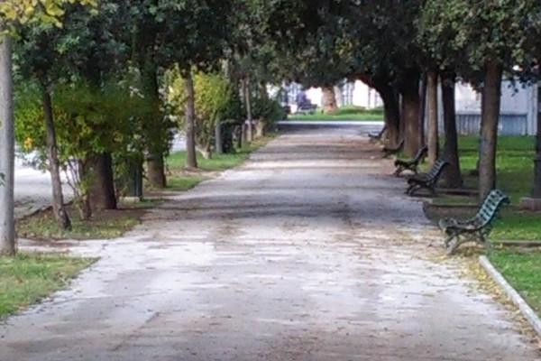 Uno dei viali della villa