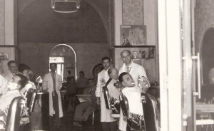 Alberto Mangano nel suo salone mentre sbarba il comm. Antonio Fesce, presidente dell'US Foggia