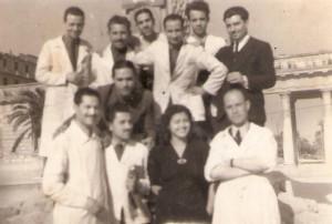 Titolari e dipendenti del salone in una foto vicino alla fontana dell'acquedotto