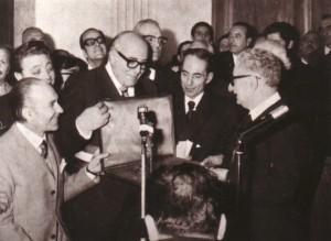 Il sindaco Pellegrino Graziani consegna una targa al Presidente della Repubblica Giovanni Leone