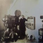 Cinema Dante, cabina di proiezione. Da sin. Michele Natacci, Francesco Paolo Colecchia (detto Pinotto), Alessandro Cagiano. Anni 50. Foto Tonti