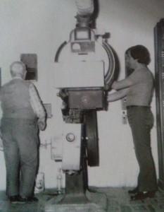 Cinema Italia - Cabina di proiezione con l'operatore Benito D'Aloia - anni 60