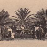 Persone in posa davanti alla fontana delle quattro palme in villa (collezione privata Marco Scarpiello)