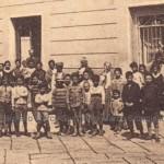 Bambini dinanzi l'ospedale Umberto I in via Arpi ai primi del 900 (collezione privata Marco Scarpiello)