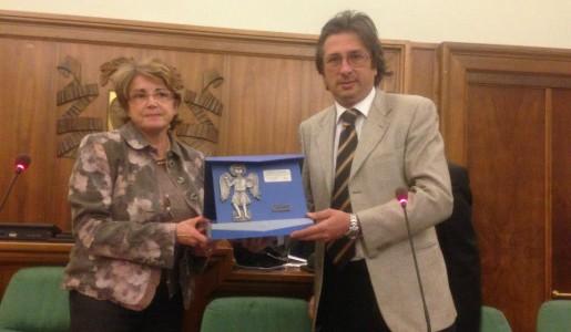 Alberto Mangano premiato dal vice presidente della Provincia, avv.Billa Consiglio