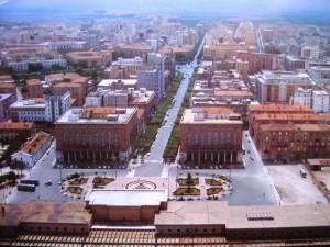 In questa foto dalla stazione si vede tranquillamente il Palazzo degli Uffici Statali e tutto il corso Giannone proprio perchè il Palazzo Mandara non impediva questa visuale