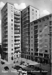 In questa cartolina della fine degli anni 50 si vede il grattacielo in tutto il suo splendore