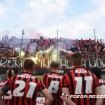 La squadra ringrazia il pubblico dopo la sconfitta in finale contro il Pisa