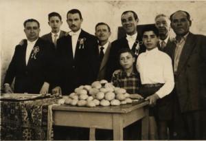 Preparazione dei panini durante la festa di S.Antonio; il primo da sinistra è il sig. Michele, il Priore, mentre il secondo è lo stesso sig.Antonio