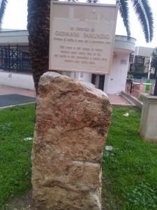 Nella piazza una targa che ricorda il sacrificio dell'imprenditore foggiano