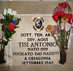 Nella foto la tomba del sottufficiale tenente Antonio Tisi, martire di Cefalonia della divisione Acqui, tumulato nel sacrario dei caduti del cimitero monumentale di Foggia
