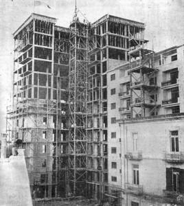 In questa foto, risalente al 1953, si vede il grattacielo in costruzione
