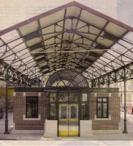 Al centro della piazza, in questa foto del 2002, la nuova struttura nata per ospitare eventi culturali