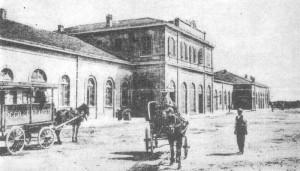 In questa foto agli inzi del 900, si intravede nel piazzale antistante la stazione, un carretto che della ditta Rocco La Capria